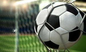 86-futbolnyj-myach-vorota-gol-oboi-sport-1366x768-710x434